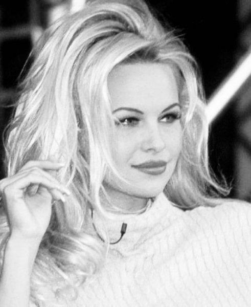 52-летняя американская актриса и фотомодель канадского происхождения Памела Андерсон (Pamela Anderson) на фото в Instagram