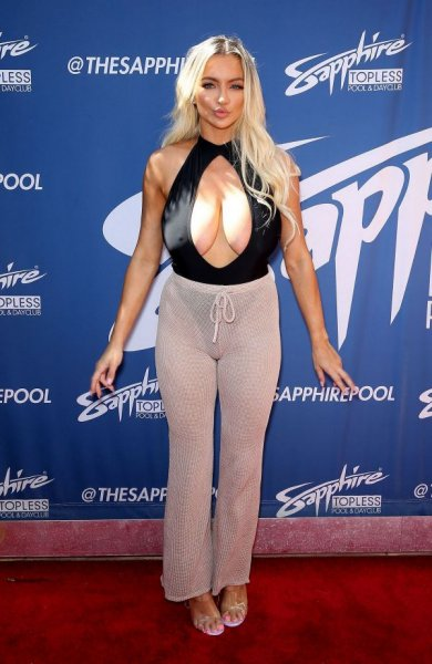 28-летняя американская актриса и модель Линдси Пелас (Lindsey Pelas) на вечеринке Sapphire Topless Pool