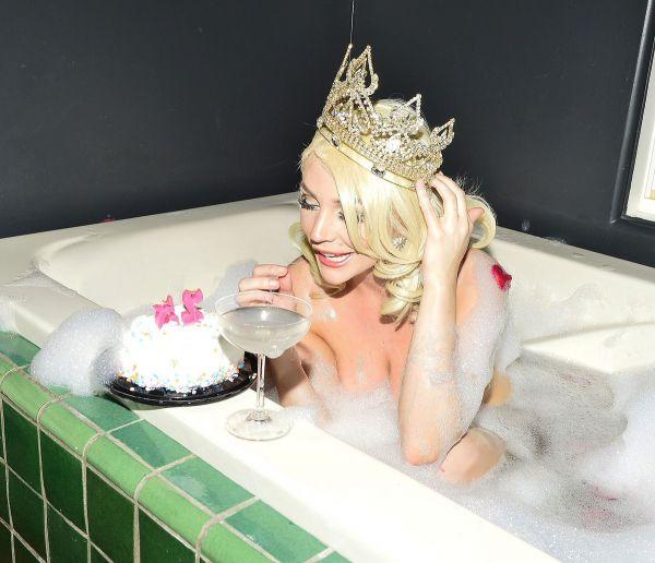 Американская актриса и модель Кортни Стодден (Courtney Stodden) отметила День рождения в ванной