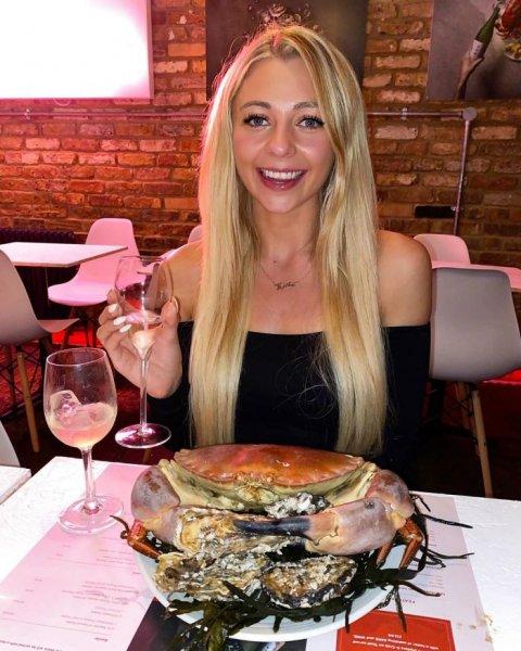Стройная девушка съела огромный хот-дог за 25 минут