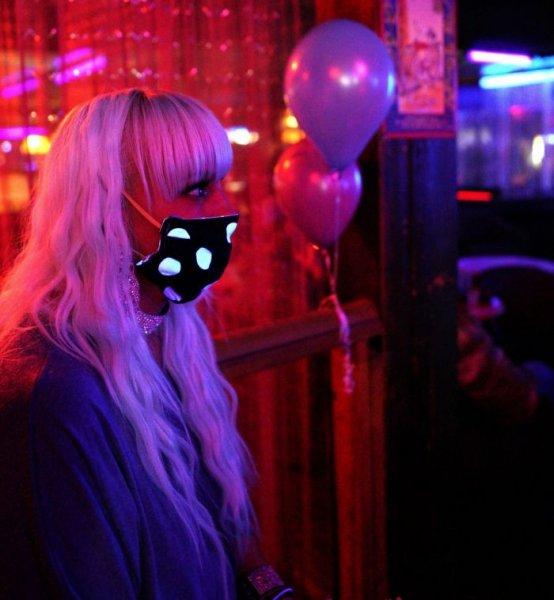 Американский стриптиз-клуб вновь открывается после карантина, но с масками для лица