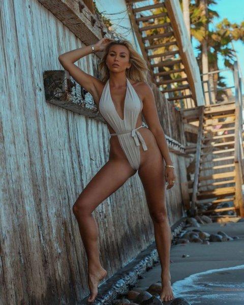 27-летняя канадская модель Хлоя Терэ (Khloe Terae) на фото в Instagram
