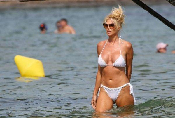 45-летняя шведская фотомодель, актриса, певица и телеведущая Виктория Сильвстедт (Victoria Silvstedt) на пляже в бикини