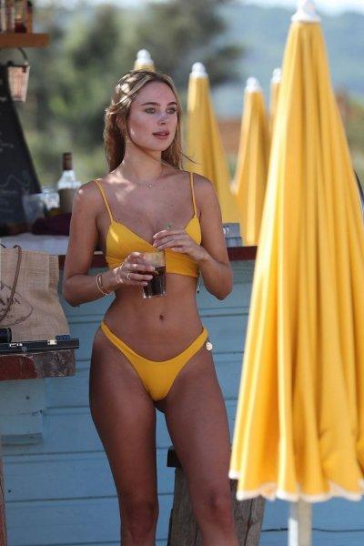 30-летняя английский дизайнер спортивной одежды Кимберли Гарнер (Kimberley Garner) на пляже в Сен-Тропе
