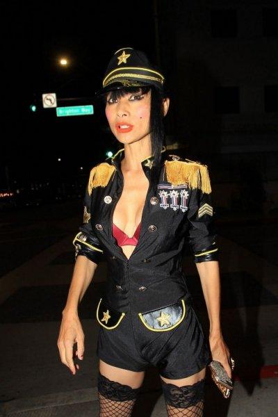 53-летняя американская актриса китайского происхождения Бай Лин (Bai Ling) в экстравагантном наряде