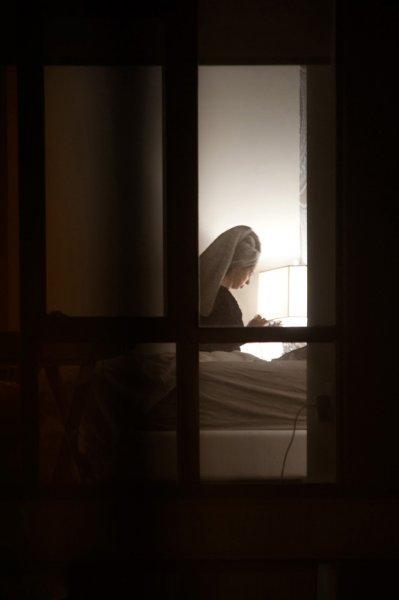 Фотограф тайно следит за своими соседями по дому и снимает их