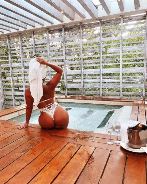 25-летняя бразильская модель и звезда социальных сетей Натали Тортелли (Natalie Tortelli) на фото в Instagram