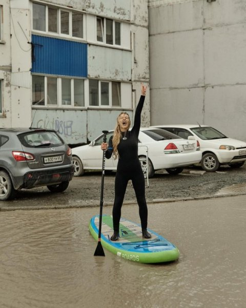 Лужа у дома в Южно-Сахалинске - теперь там катаются девушки на sup-серфинге