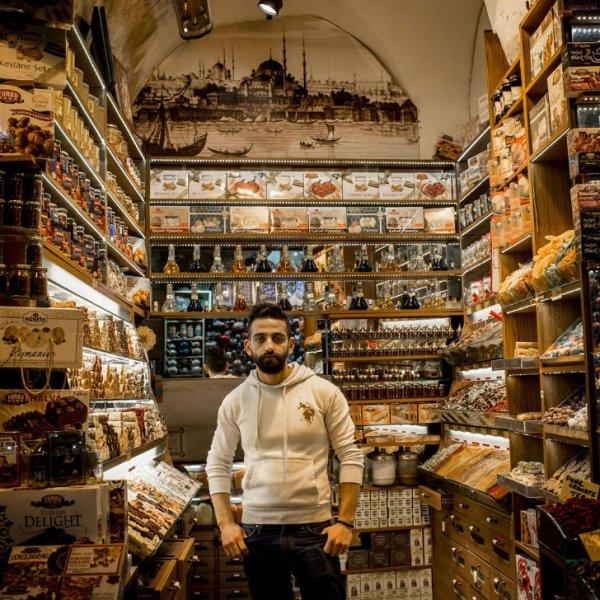 Кто торгует на самом древнем и большом базаре мира