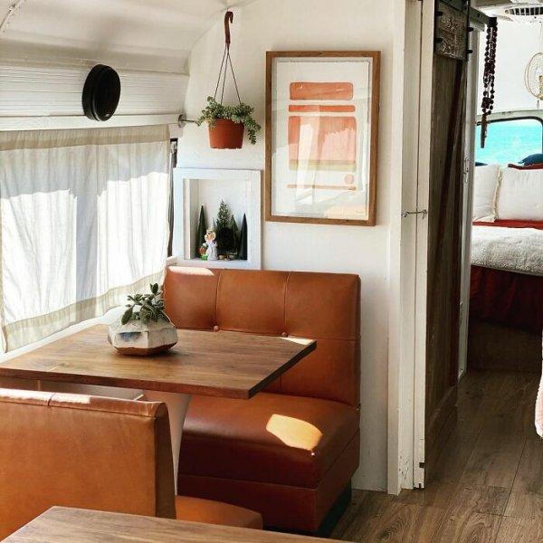 Пара девушек из США купила дешевый автобус и сделала из него отличный и стильный дом