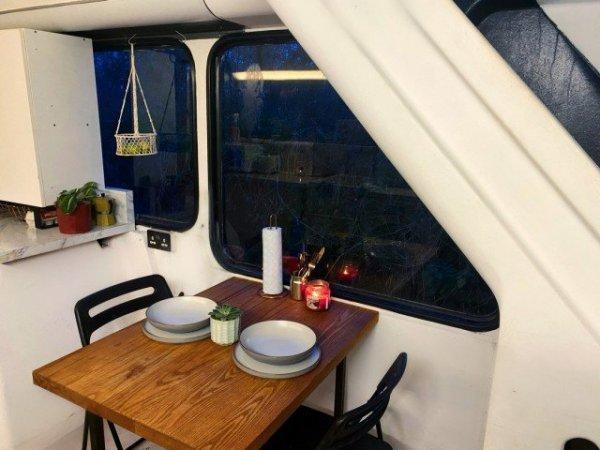 Парень с девушкой превратили двухэтажный автобус в отличный дом