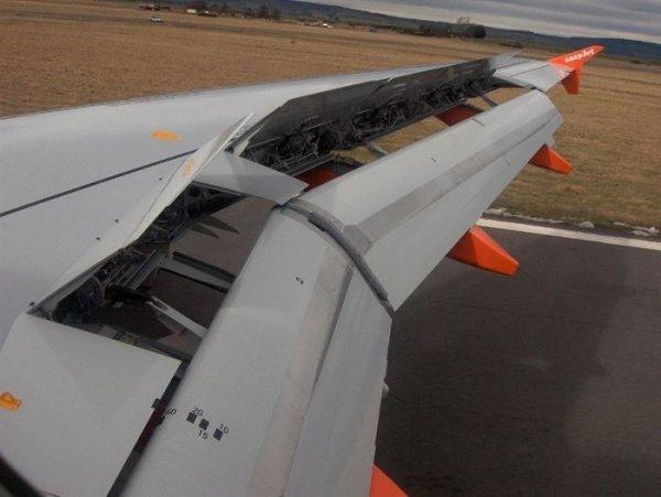 Что за странные вытянутые штуки под крыльями многих самолетов