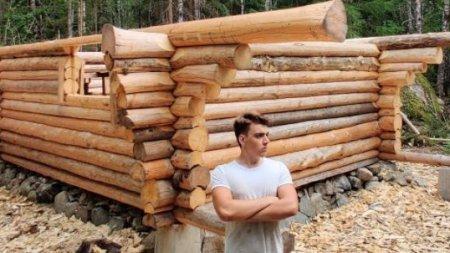 Видео: 18-летний парень в одиночку строит избу в шведской тайге